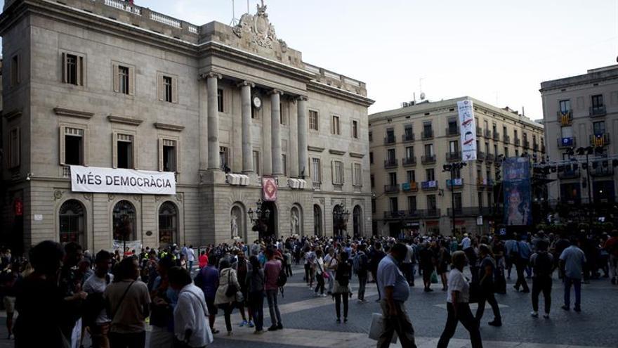 """El Ayuntamiento de Barcelona cuelga la pancarta con el lema """"Més Democràcia"""""""