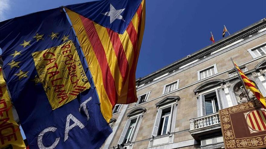 Societat Civil denuncia a Manresa, Ripoll y Mataró por mantener las 'estelades'