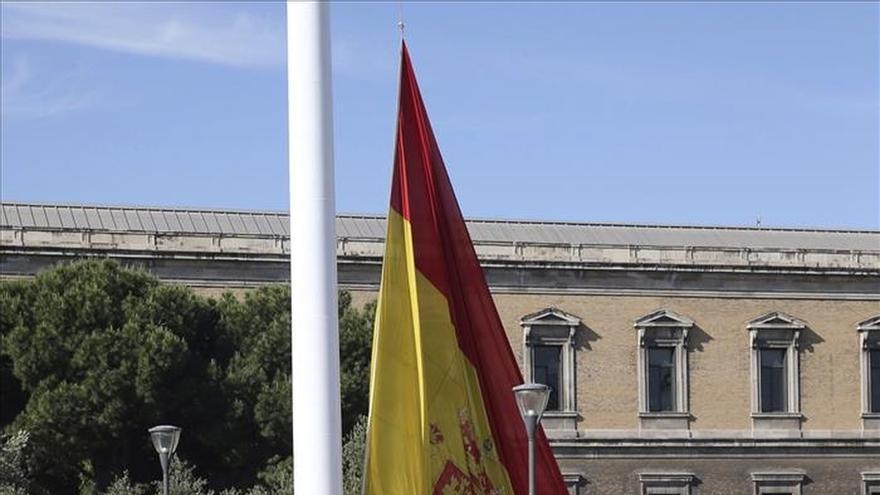 El Día de las Fuerzas Armadas comenzó con izado solemne de bandera