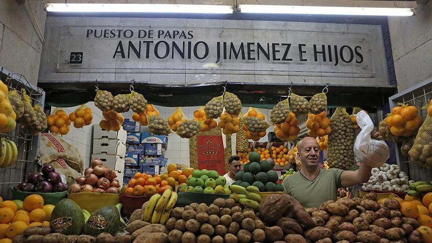 Puesto de papas en un mercado canario. (Alejandro Ramos).