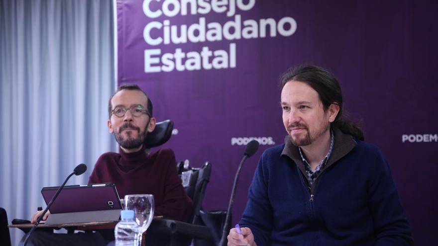El secretario de Organización de Podemos, Pablo Echenique, y el secretario general, Pablo Iglesias, en una rueda de prensa.