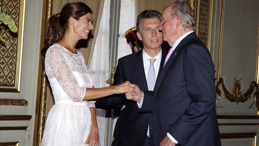 El rey Juan Carlos regresa a España tras asistir a la investidura de Macri