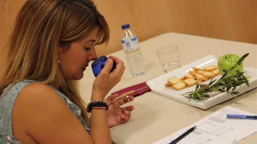 Degustación de aceite de oliva virgen extra, en una imagen de archivo