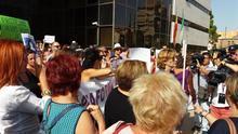 Tensión en la concentración de respaldo a Juana Rivas en Granada  entre apoyos y detractores
