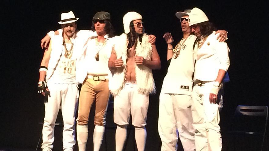 Integrantes del grupo 'El Supositorio' durante la actuación