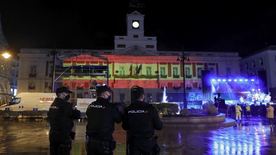La bandera de España, proyectada en la Puerta del Sol por orden de Díaz Ayuso en Nochevieja