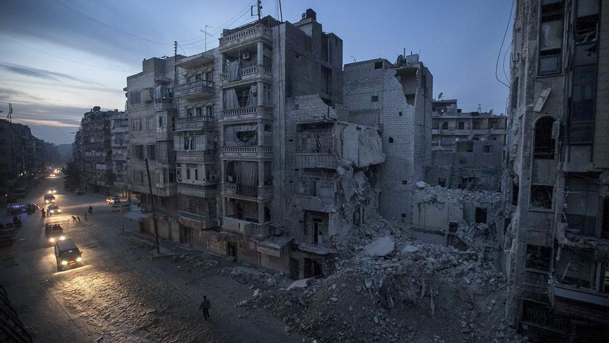 La noche cae en la ciudad bombardeada de Alepo (Siria) en noviembre de 2012. \ AP Narciso Contreras