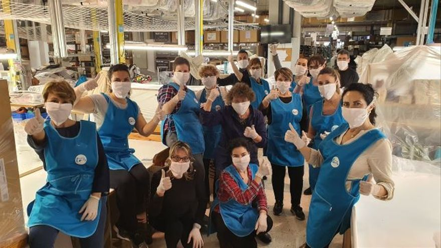 Las trabajadoras de Fama Sofás, que han puesto sus manos estos días a disposición del proyecto