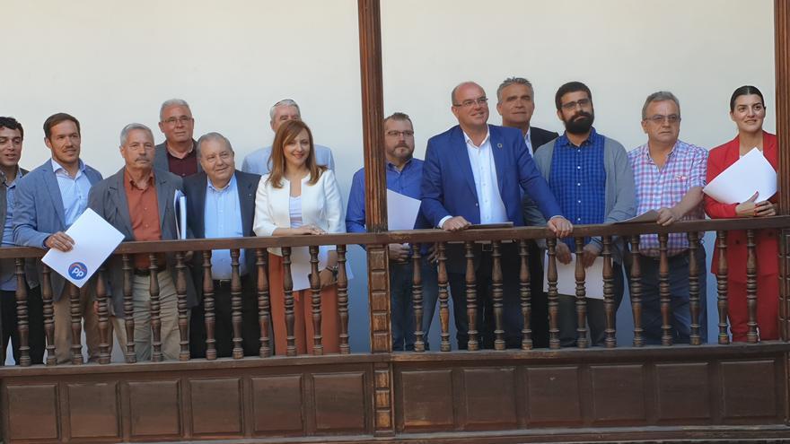 Los candidatos junto a los representantes empresariales.