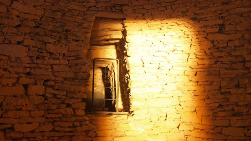 La cámara mortuoria del tholos de El Romeral, durante el solsticio de invierno | Foto: Juan Manuel Montaño