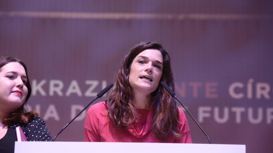 """Clara Serra (Podemos) agradece a Reverte que amenace con irse de la RAE porque """"hacen falta muchas mujeres allí"""""""