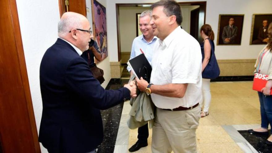 Antonio Morales y Luis Ibarra, en la primera reunión para negociar el pacto en el Cabildo de Gran Canaria.