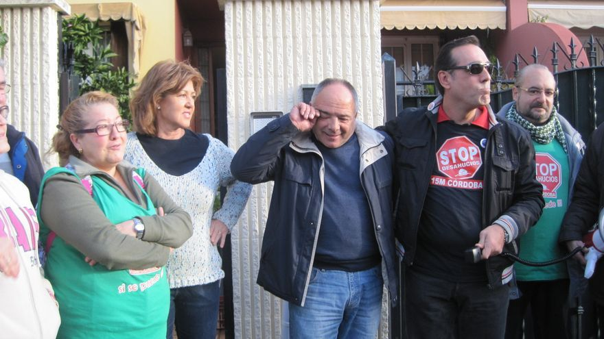 El empresario Francisco Ojeda y su mujer Charo Gómez junto a activistas de Stop Desahucios tras conocer la suspensión de su orden de desalojo.
