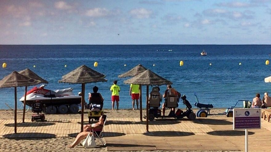 Zona de baño adaptada en una de las playas de Arona