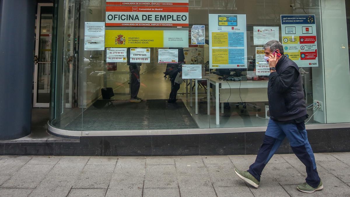 Una persona pasa por delante de una Oficina de Empleo ubicada en la capital, en Madrid, (España), a 28 de enero de 2021.
