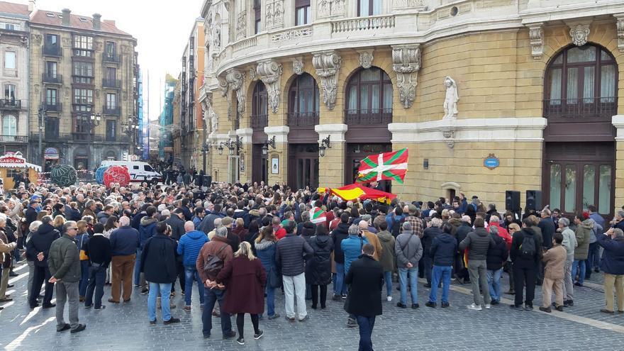 Banderas e ikurriñas durante el acto de Álvarez de Toledo en Bilbao a favor de la Constitución