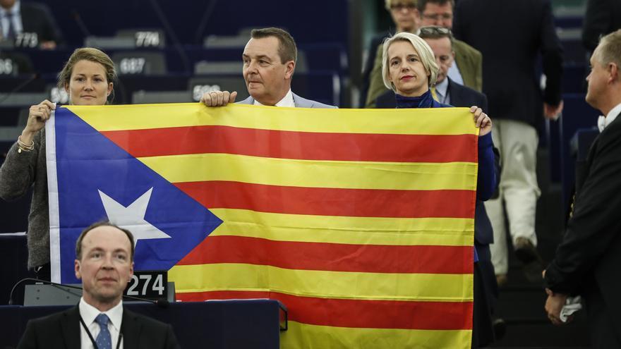 Los miembros belgas del Parlamento Europeo Anneleen Van Bossuyt, Mark Demesmaeker y Helga Stevens, muestran una estelada durante el debate en la Eurocámara