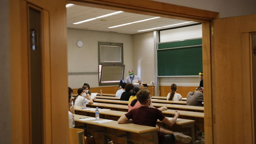 Archivo - Un grupo de estudiantes en un aula con medidas Covid