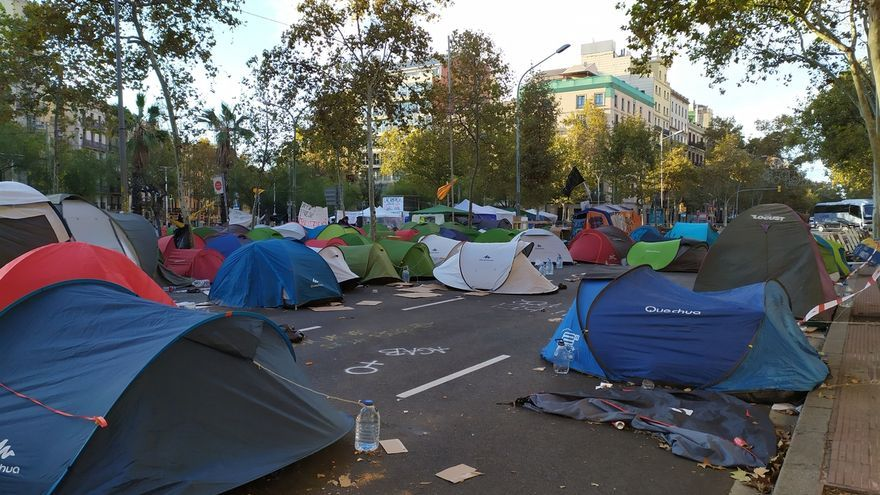 División entre los estudiantes de plaza Universitat de Barcelona sobre si levantar la acampada