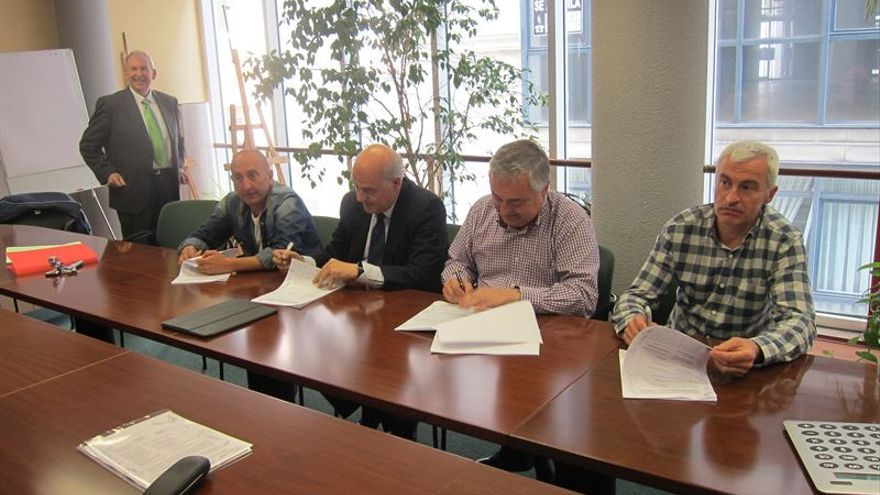 Firma del acuerdo laboral entre la dirección y el comité de empresa de Sniace.