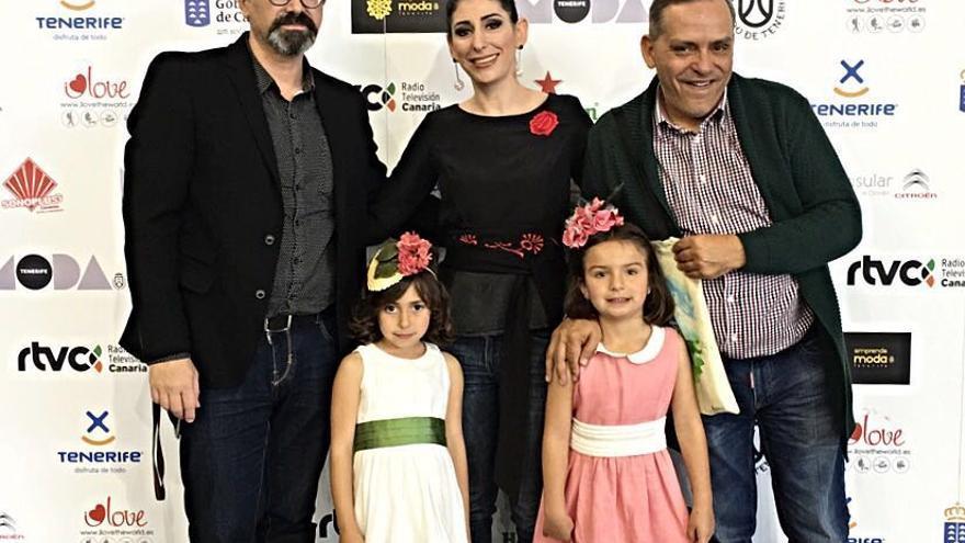 De izquierda a derecha, Lucas Balboa, Martina González y Efraín Medina, junto a las niñas Carmen y Aisha.
