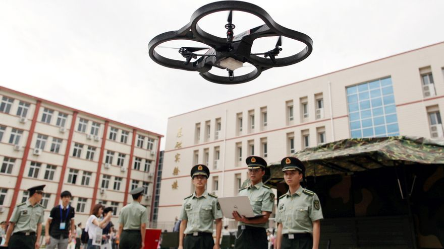 Un soldado chino controla a distancia un avión no tripulado en la Academia de las Fuerzas Blindadas de Ingeniería del Ejército Popular de Liberación (EPL) de China en Beijing, China, julio de 2014 © Zhang Wei / AP Images