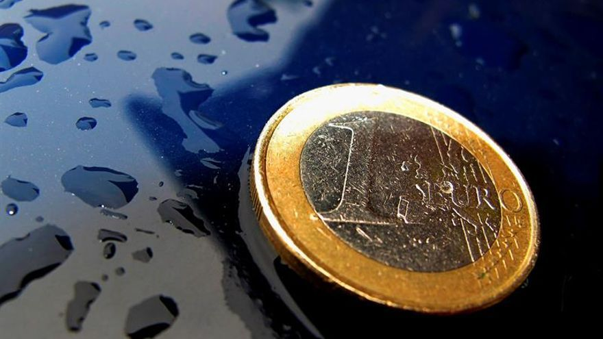 El euro baja a 1,1637 dólares a media jornada