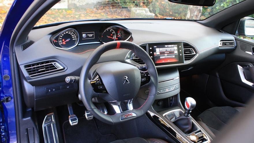 En el interior, la atmósfera deportiva del 308 GTi es sutil.