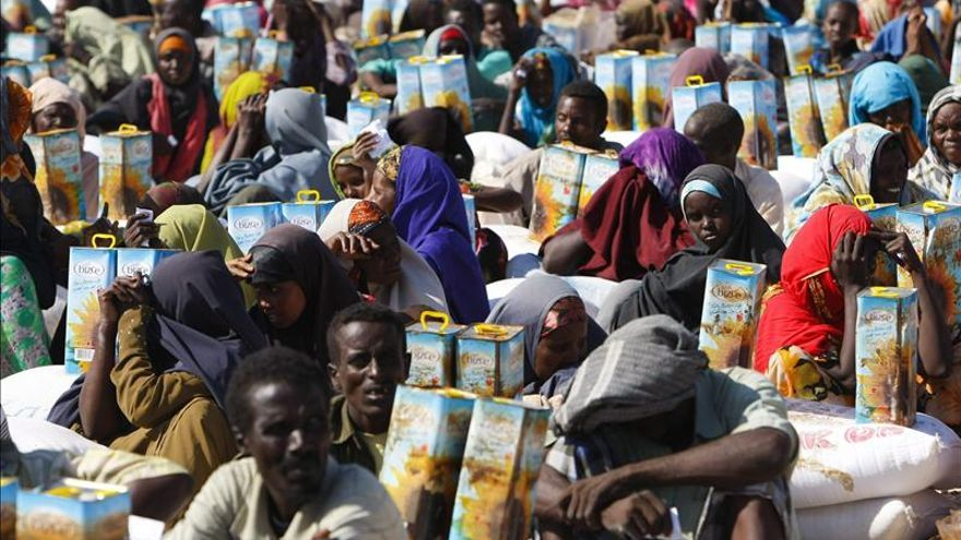 Desplazados internos somalíes en un centro de distribución de alimentos en Mogadiscio (Somalia).