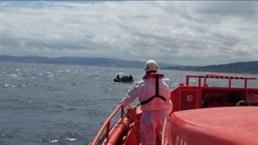 Rescatados 15 inmigrantes que viajaban en una patera y trasladados al puerto de Motril