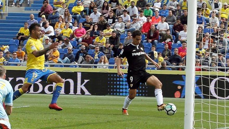 El delantero francés del Sevilla, Wissam Ben Yedder (d) marca el primer gol a la UD Las Palmas, durante el partido de la jornada 24 de Liga de Primera División disputado este sábado en el estadio de Gran Canaria. EFE/Elvira Urquijo A.