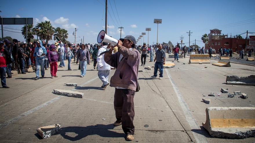 Bloqueo sobre la carretera Transpeninsular en San Quintín. / Foto: J.P. Martínez.
