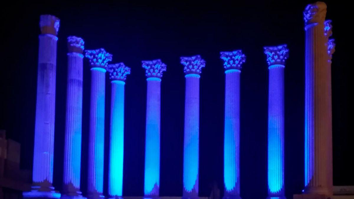 El Templo Romano iluminado de azul por el Día del Autismo.