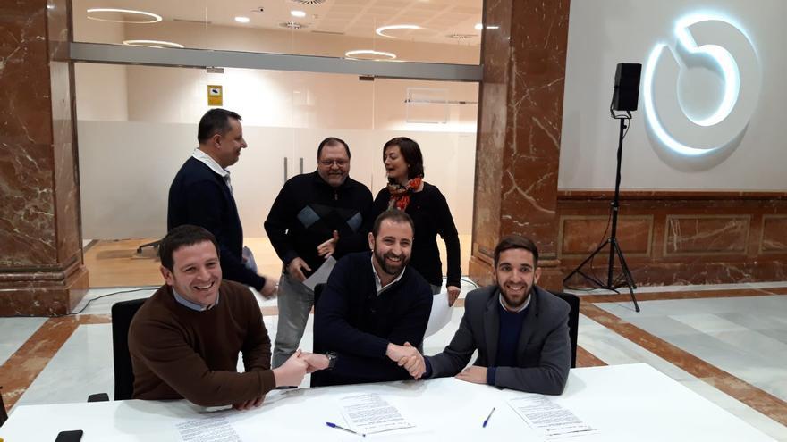 D'esquerra a dreta, el portaveu de Compromís, Ignasi Garcia, el portaveu del PSPV-PSOE, Omar Braina, i el portaveu de Podem, Fernando Navarro.