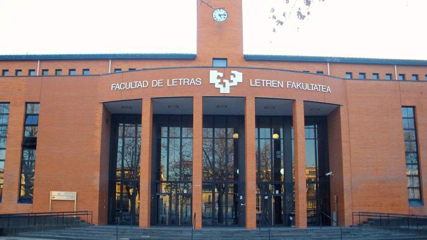 Fachada de la Faculta de Letras, donde estudia el alumno apaleado