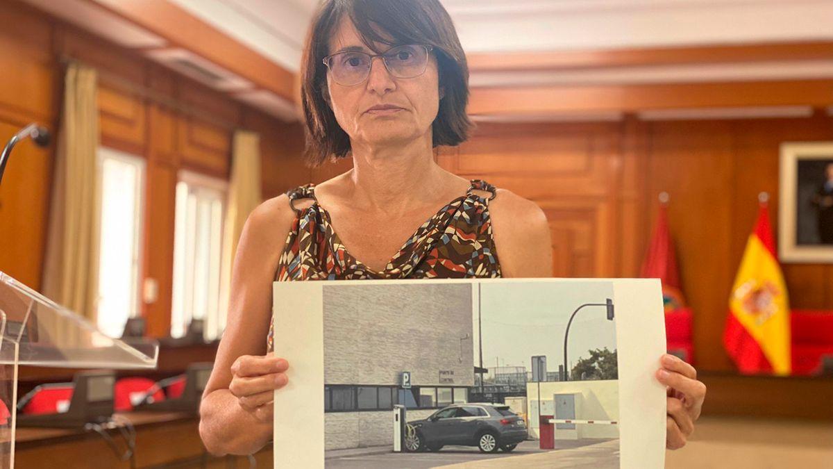 Amparo Pernichi (IU) muestra una imagen del vehículo del concejal de Infraestructuras recargando.