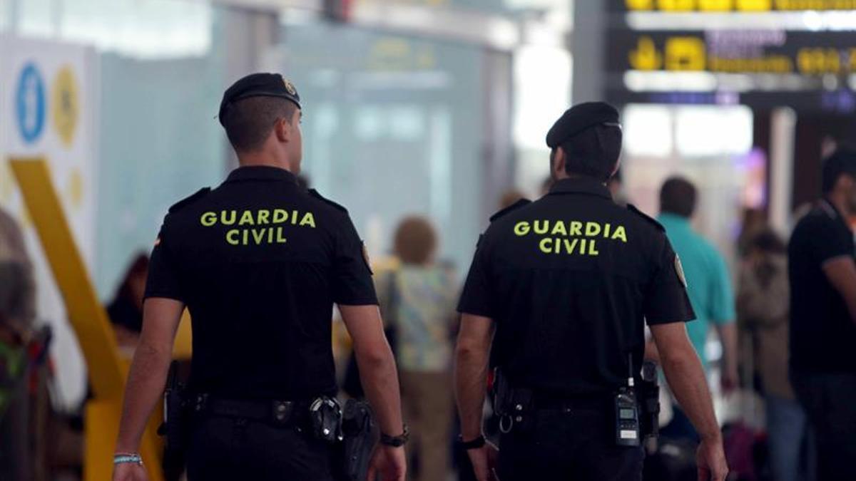Imagen de archivo de dos agentes de la Guardia Civil en un aeropuerto