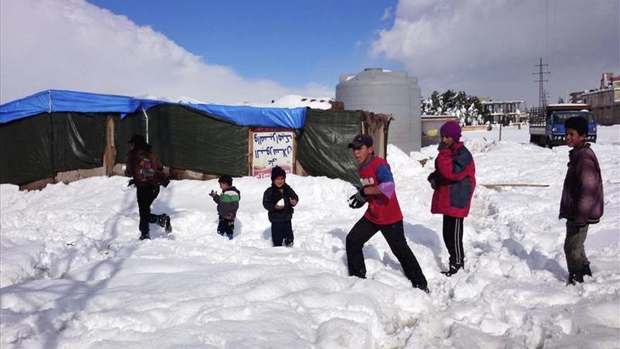 Imagen de archivo: varios niños refugiados sirios juegan con la nieve en el campo de refugiados de Brital, al este del Líbano, el 8 de enero de 2015.