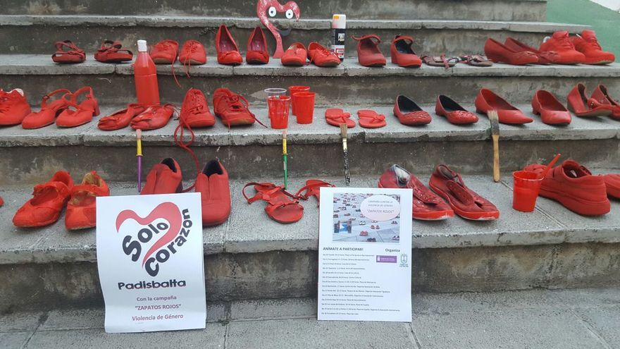 En la imagen, zapatos rojos pintados por las personas con discapacidad de Padisbalta.