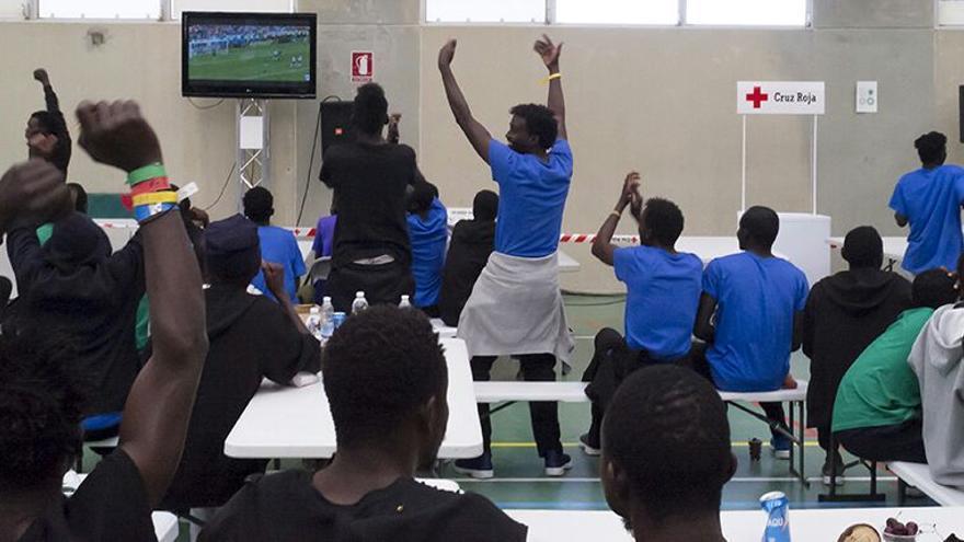 Los migrantes del Aquarius viendo el partido Senegal-Polonia.
