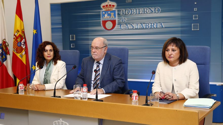 Juan José Sota (PSOE) junto a las directoras generales de Trabajo y Empleo. | JOSÉ CAVIA