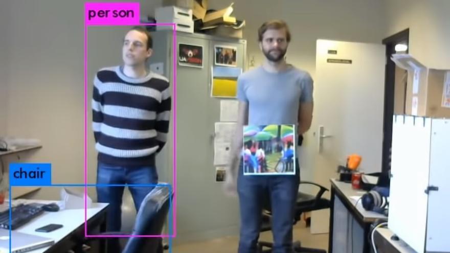 Dos ingenieros de la Universidad Católica de Bélgica, probando su invento