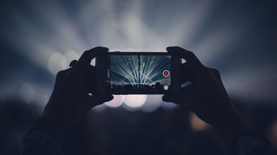 Grabación de un concierto mediante un 'smartphone'.