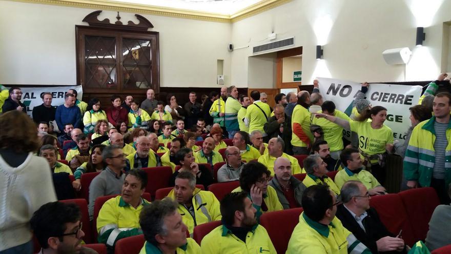 Trabajadores de Lafarge Sagunto en el pleno del ayuntamiento valenciano