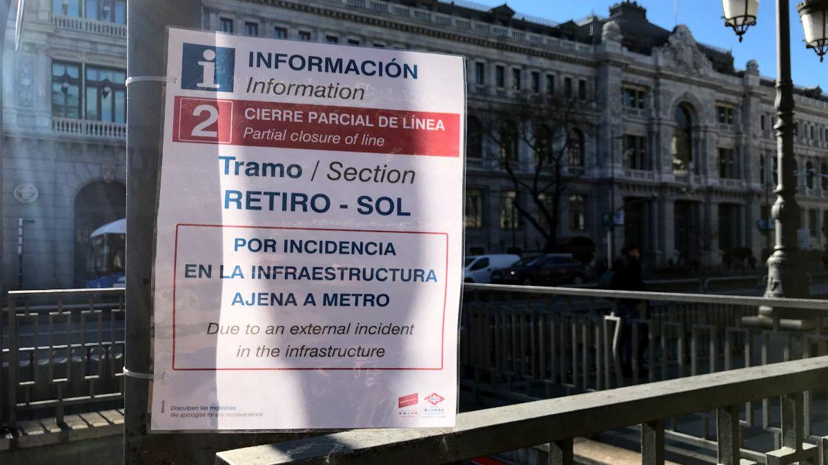 Cartel anunciando el corte del tramo Retiro-Sol de la L2 | SOMOS CHUECA