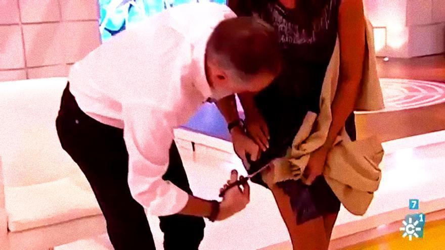 Juan y Medio corta el vestido de la copresentadora contra su voluntad en Canal Sur