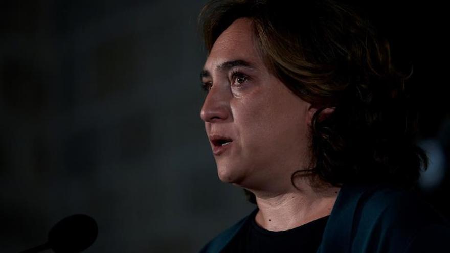 Colau condena la agresión a mujer que retiraba lazos amarillos en Barcelona