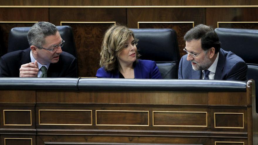 Ruiz Gallardón, Sáenz de Santamaría y Rajoy en sus escaños del Congreso. Foto: PP