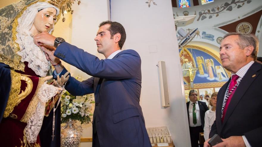El alcalde de Almería impone el escudo de oro de la ciudad a la Virgen de la Estrella