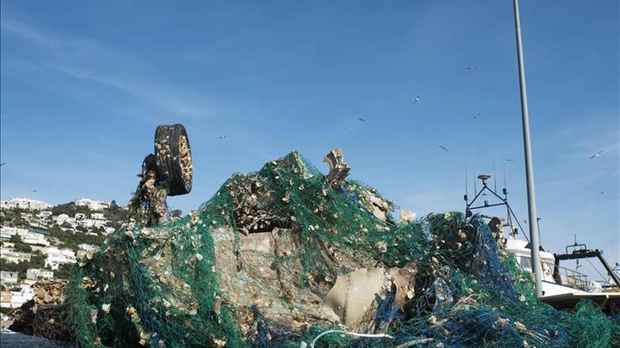 Un pesquero recupera los restos de un caza francés accidentado en 2009